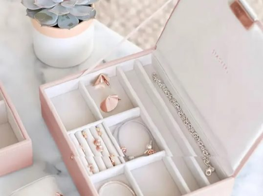 نگهداری جواهرات در باکس مناسب